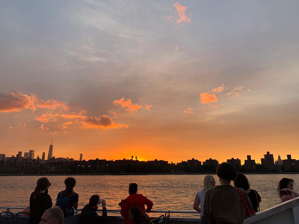 Atardecer desde el NYC ferry navegando por el Río Este