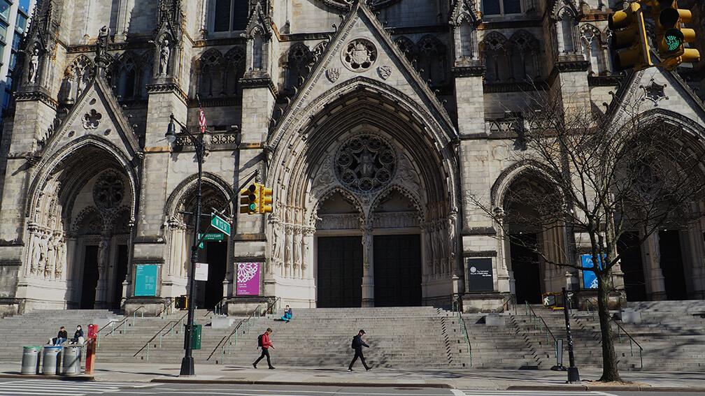El espacio de congregación de la iglesia sin fieles que ocupen su escalera