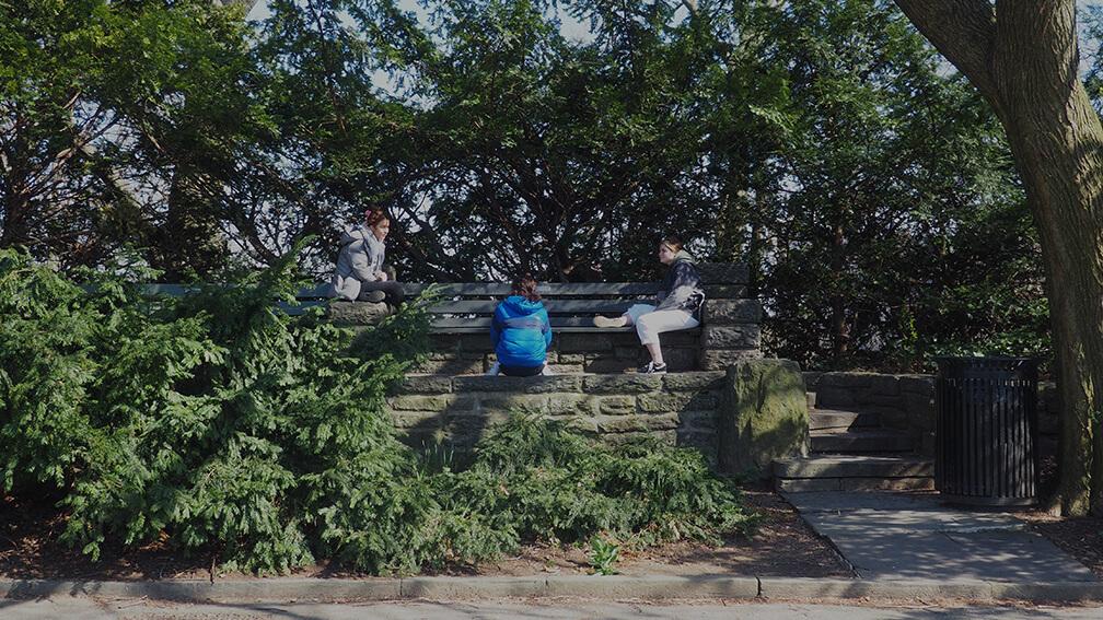 Adolescentes ocupando el espacio público con distancia