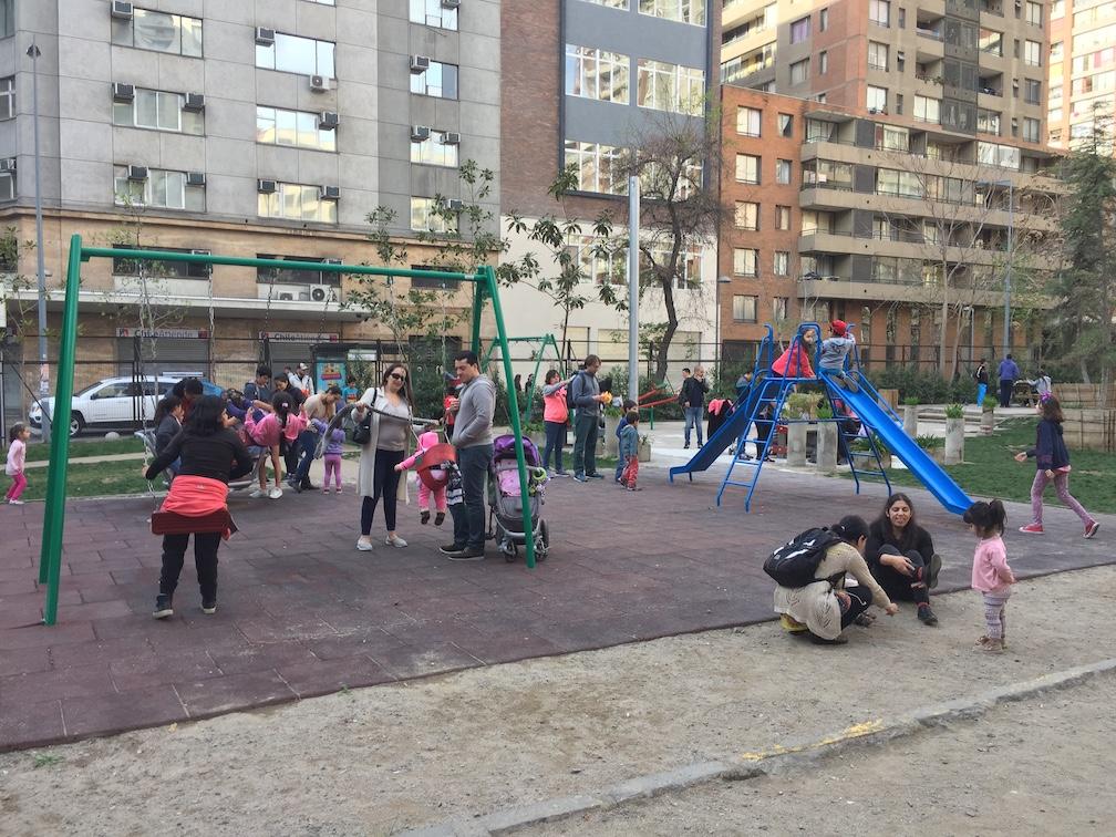 Familias haciendo uso de un parque de bolsillo