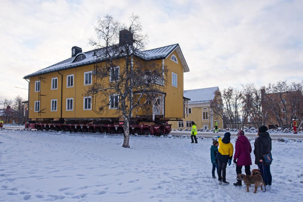 Edificio siendo movilizado hacia la nueva Kiruna
