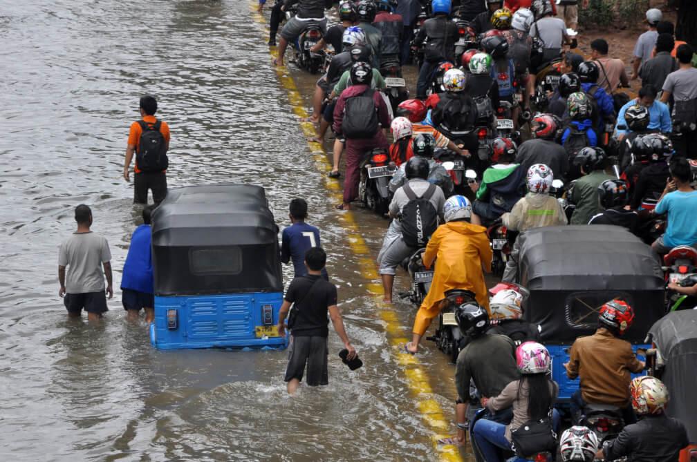 Calle inundada en Jakarta
